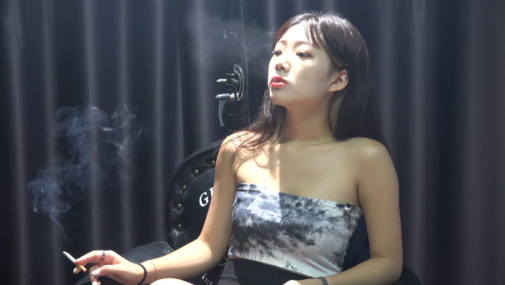 超极品美女大学生超近景抽烟实拍仿佛让你身临其境