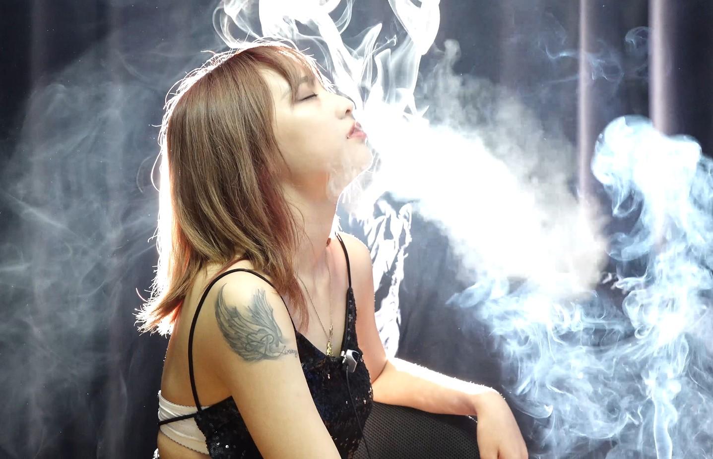 性感纹身美女忘情吸烟吊带掉了都没发现(6根烟)