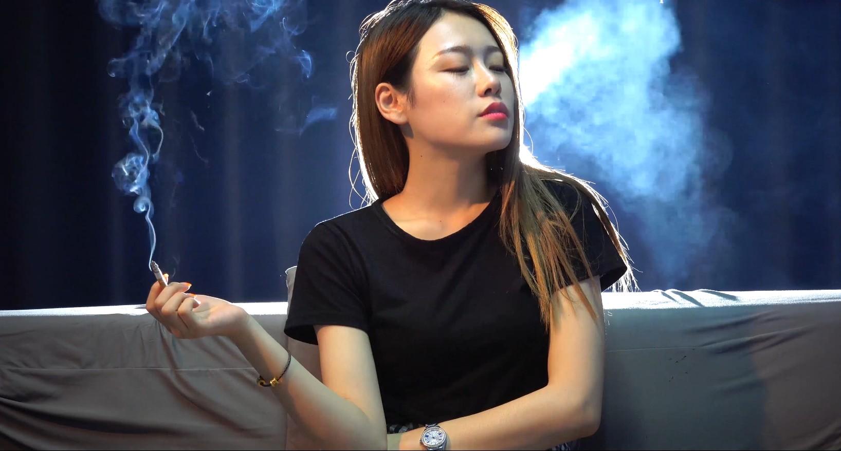 笑容超甜美的极品高颜值小姐姐关于抽烟的问题回答得很有趣