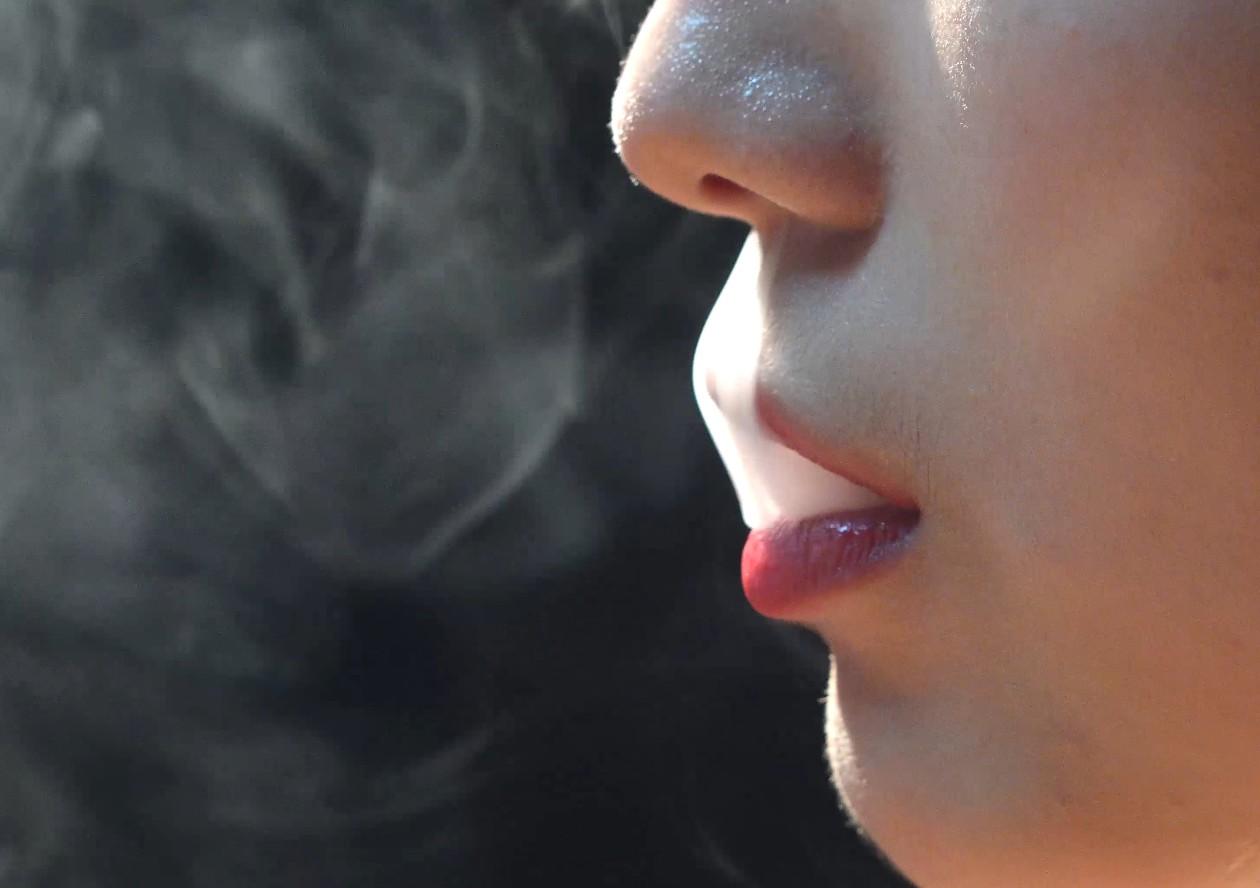 女神的嘴唇好美薄荷小姐姐超近景吸烟特写超清细节