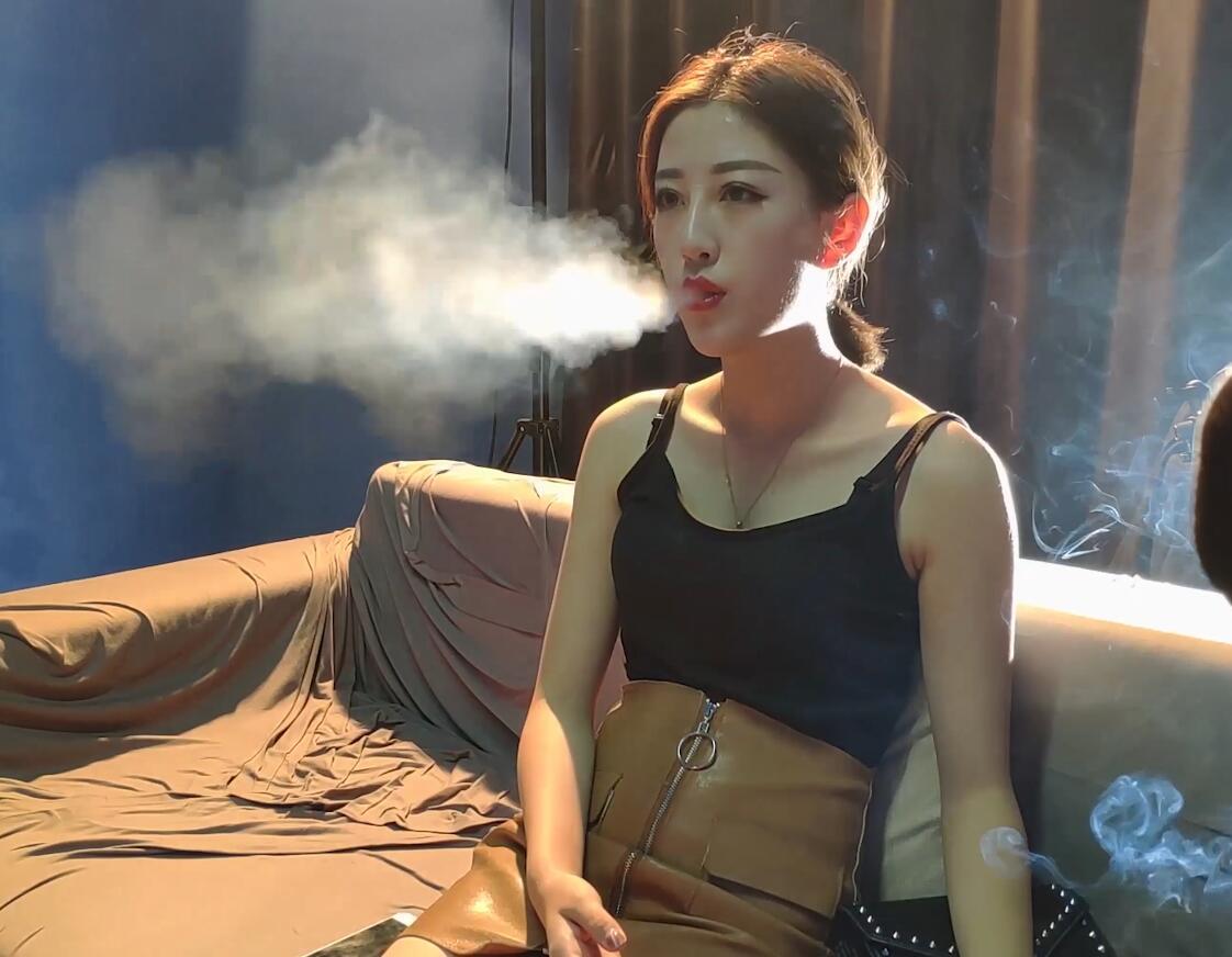 你有没有带过其她人学抽烟呢?美女主播小姐姐果断地说