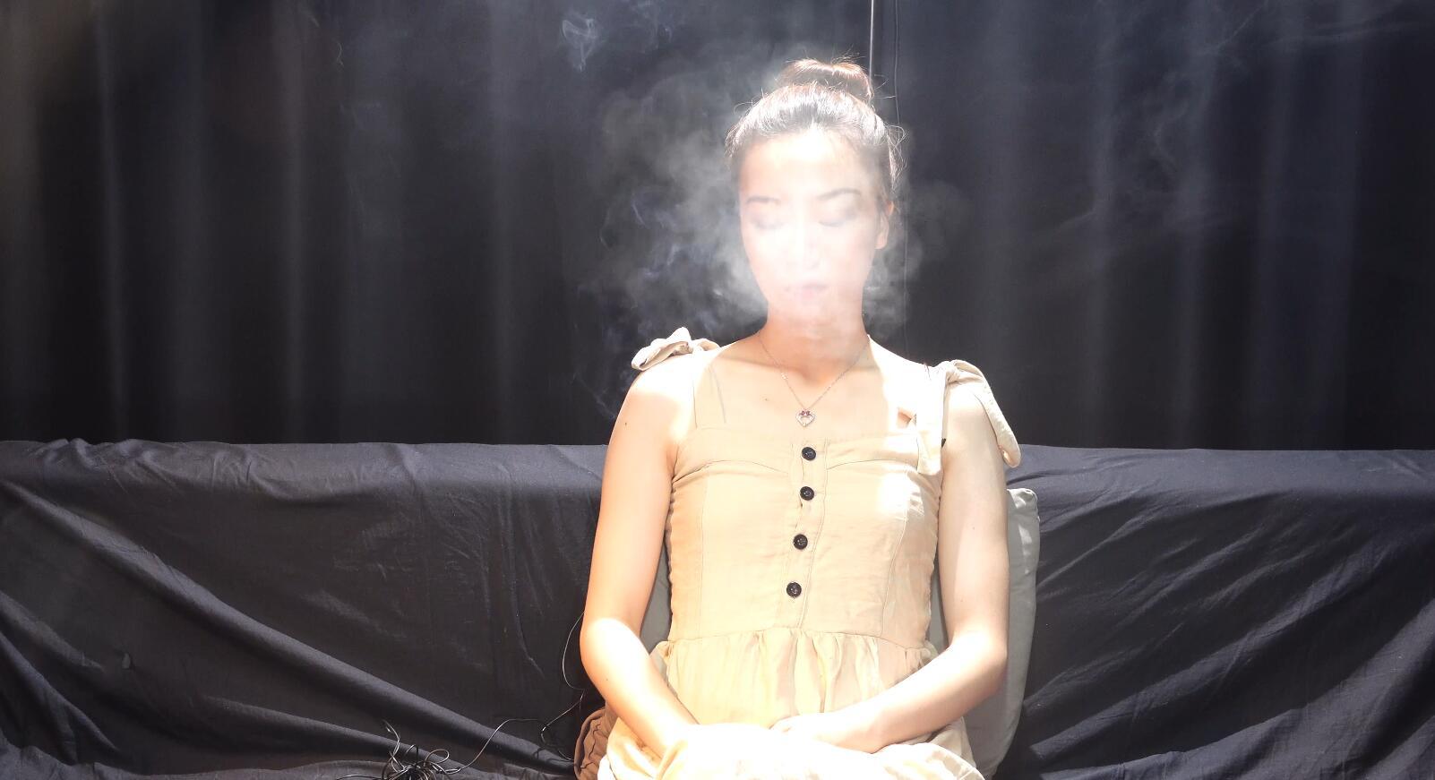丸子头美女抽烟第三集