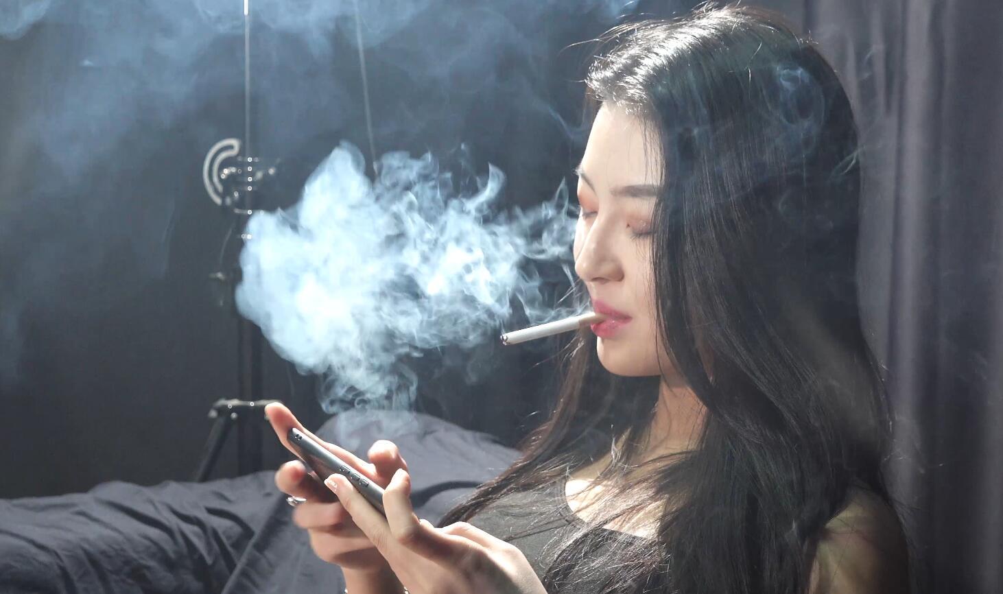 美女边玩游戏边抽烟喜欢回笼