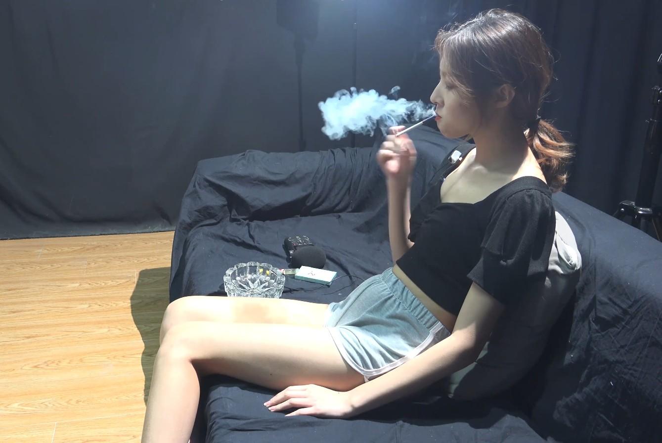 小姐姐睡觉前必须要抽根烟才睡得着不是说抽烟提神吗?