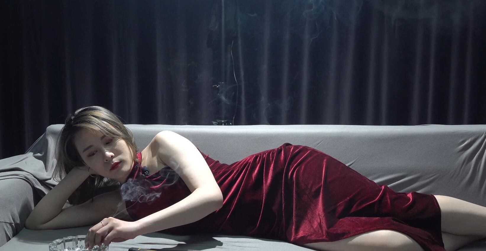 美女抽烟抽到吐