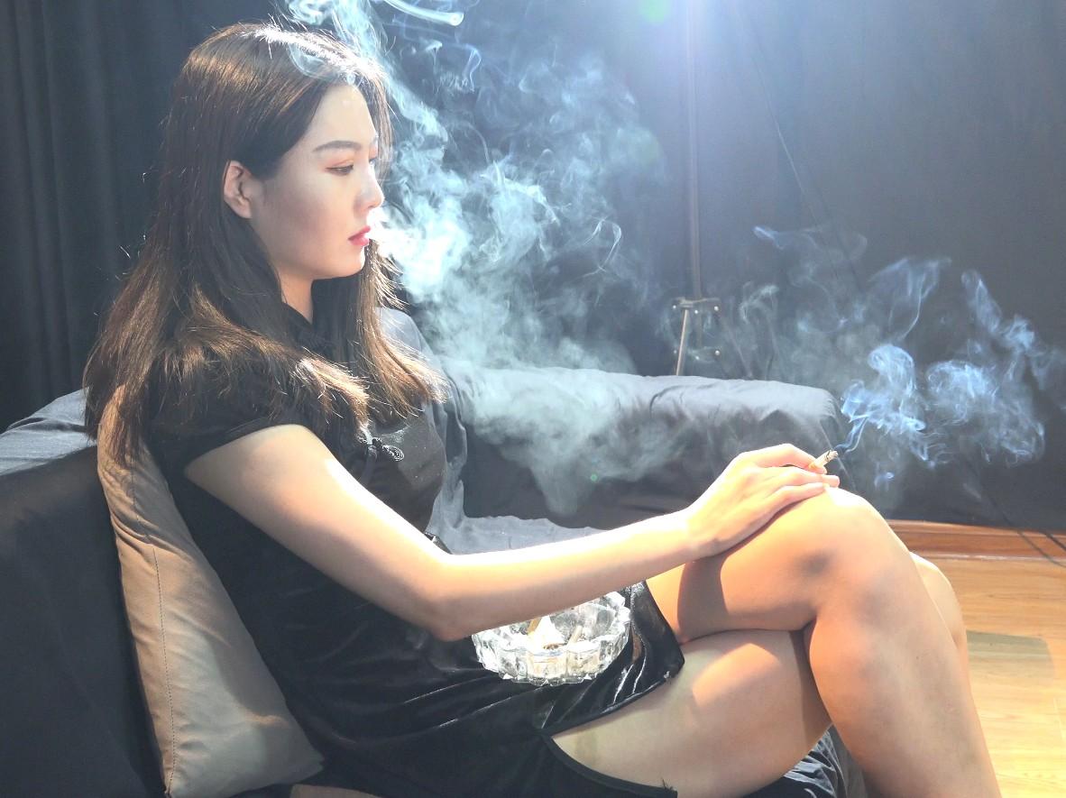 女人吸烟不仅魅力大,伤害也更大!