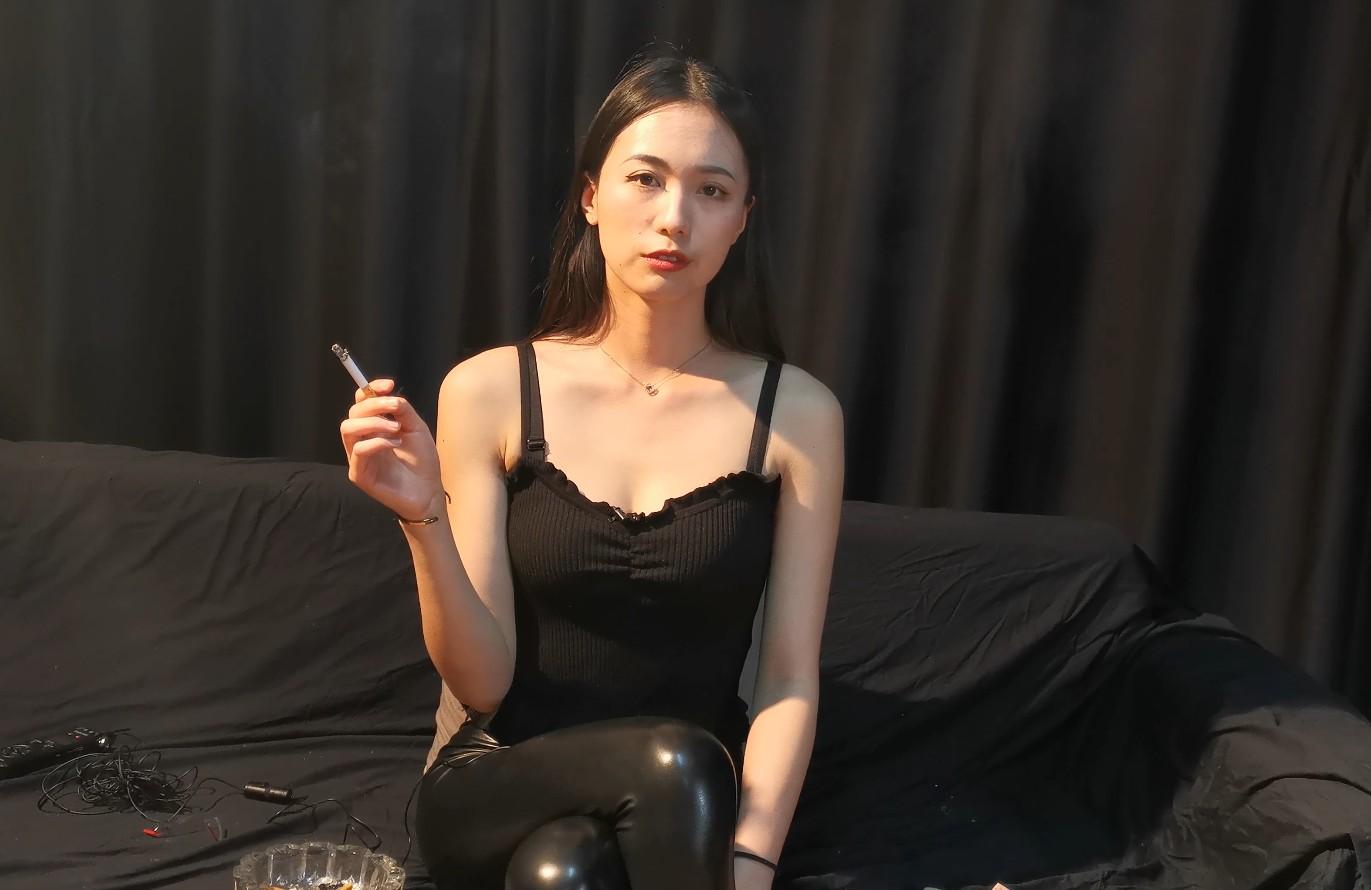 超极品大女神薄荷小姐姐黑皮裤性感抽烟