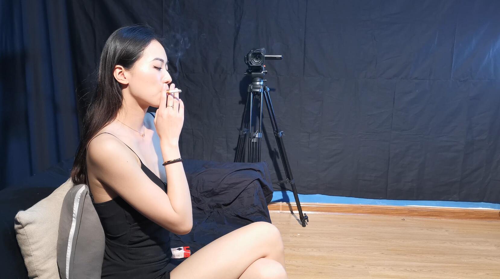 大女神薄荷小姐姐性感抽烟系列[MP4/1.31GB/度盘/Dubox]