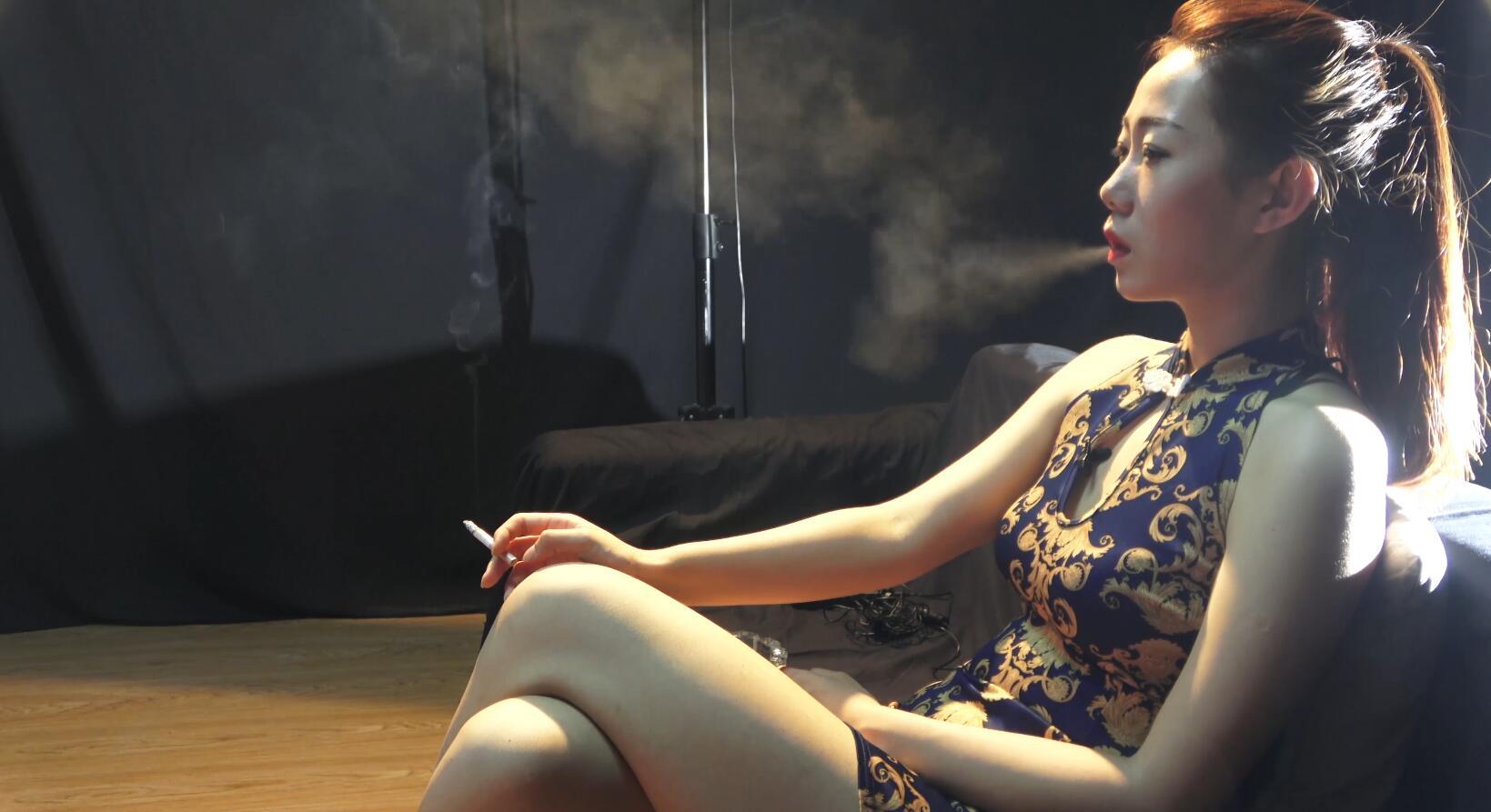 穿着旗袍抽烟的美女,很美很上镜