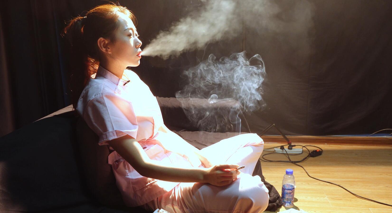 我从来不教别人抽烟,抽烟有害健康,但我不戒