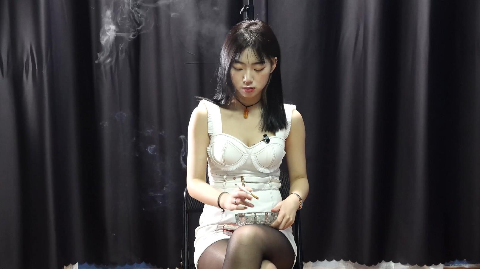 黑丝小姐姐抽烟玩游戏(4根烟)