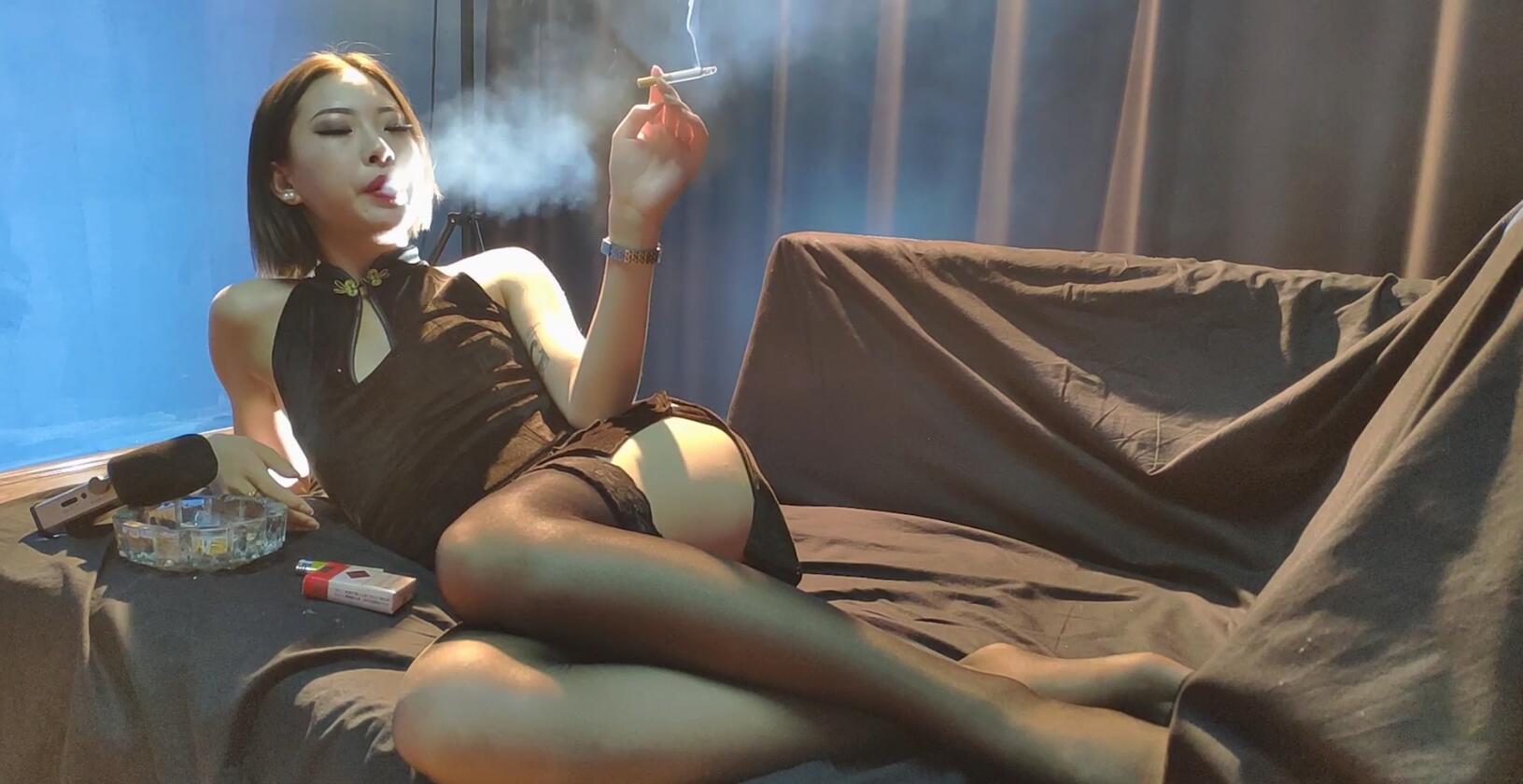 可爱又性感的小美女沙发侧躺抽烟