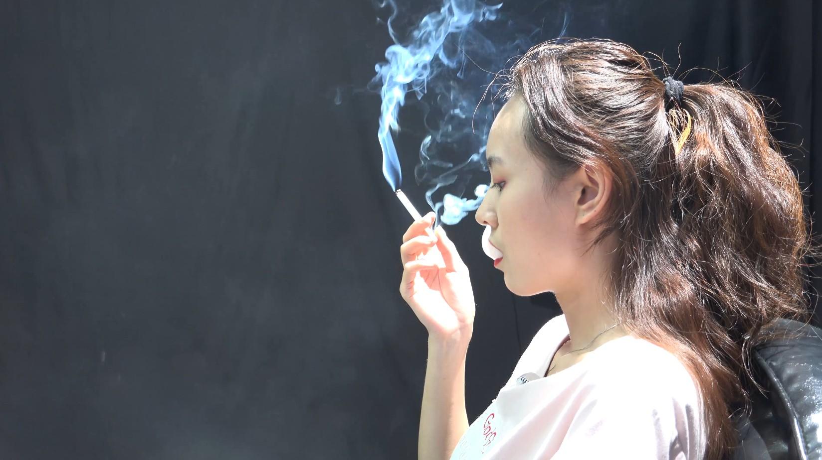 抽烟喜欢鼓包后回笼的美女抽烟访谈第一集