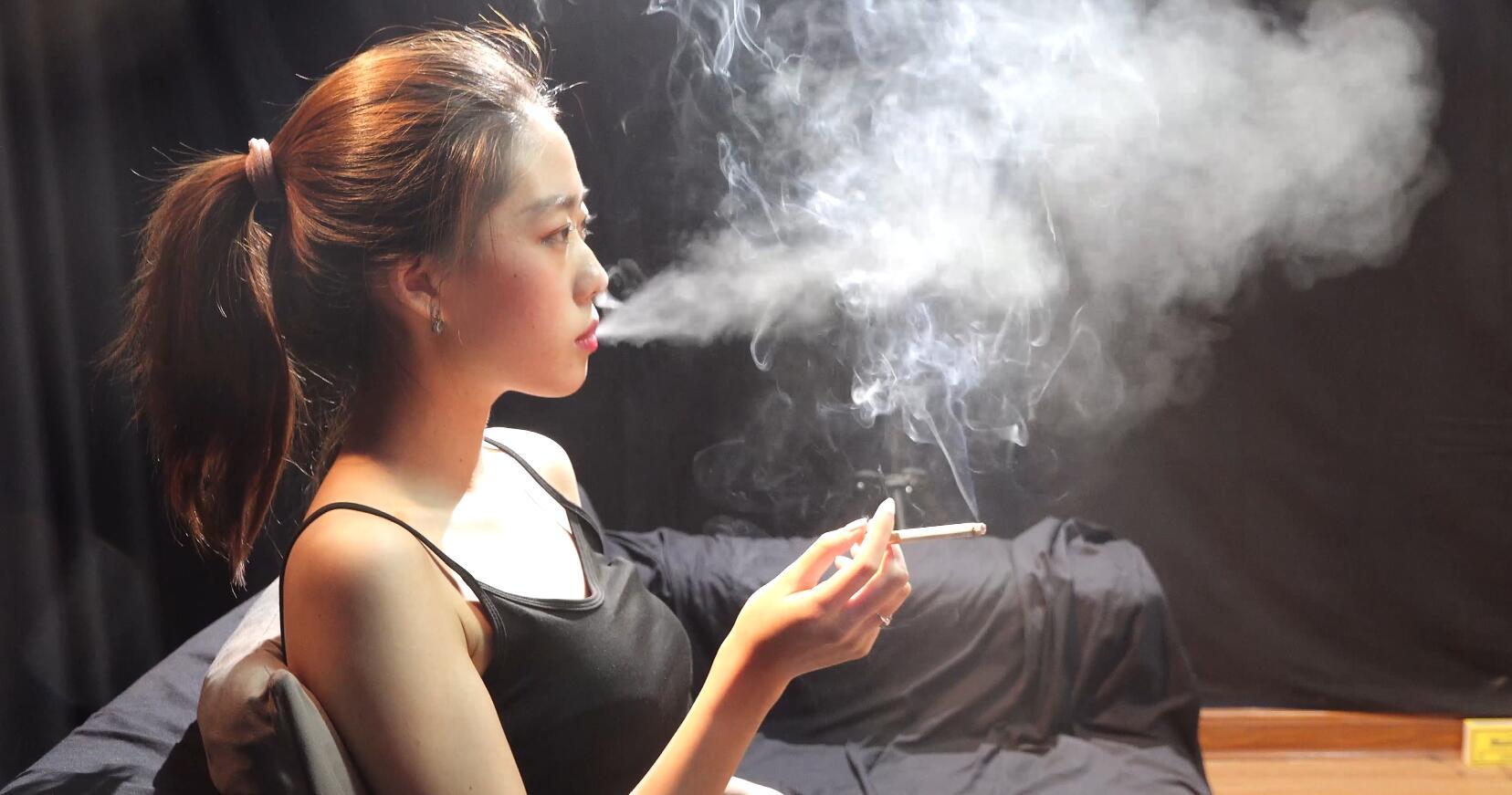 漂亮的黑皮裤小姐姐抽烟采访实录