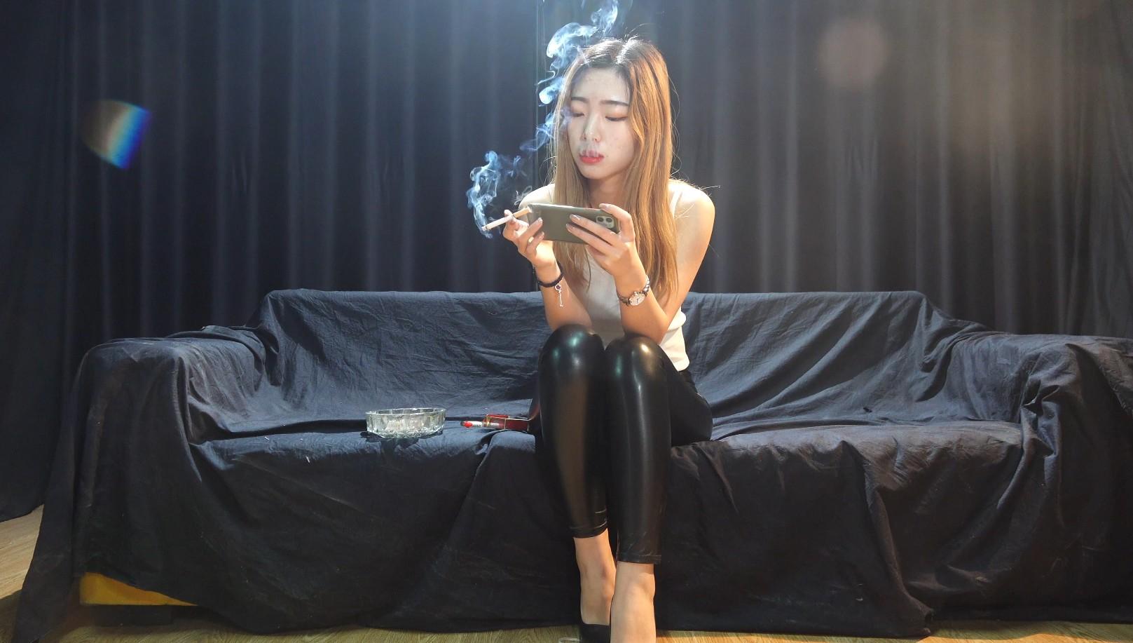 甜美小女友佳佳琪抽烟玩游戏顾不上其它