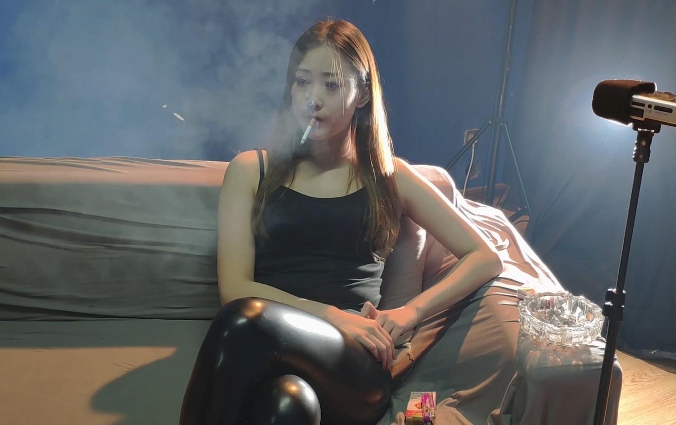 近距离看皮裤美女抽烟是一种什么体验?