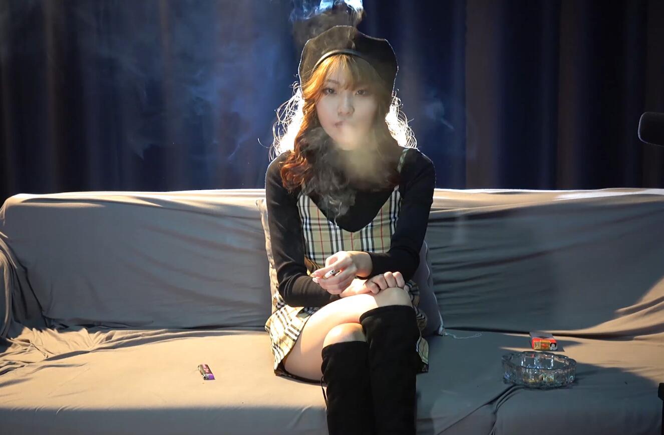 漂亮时尚的美女吸烟