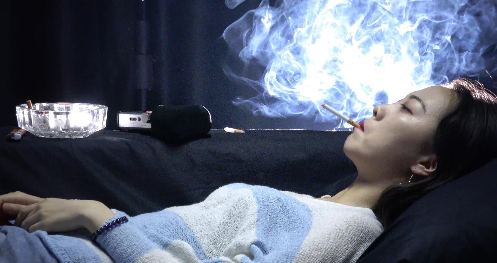 清纯的大学女生正躺抽烟4K超清版