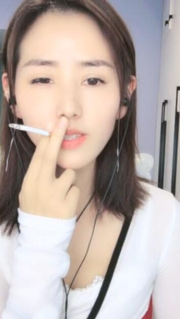 贵州清纯姐姐直播唱歌抽烟