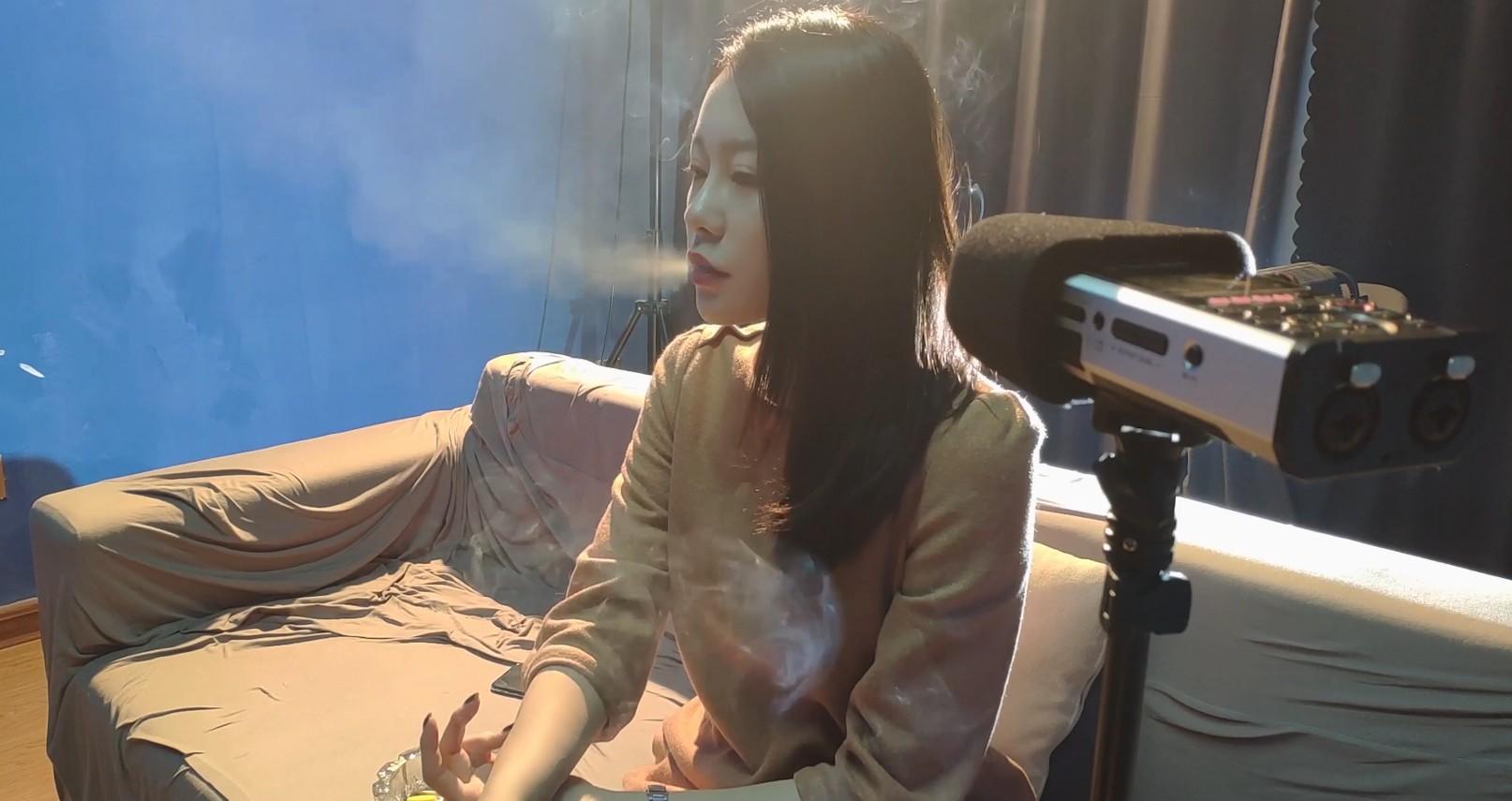 小姐姐烟民法则之一:开会久了一定要出去抽烟