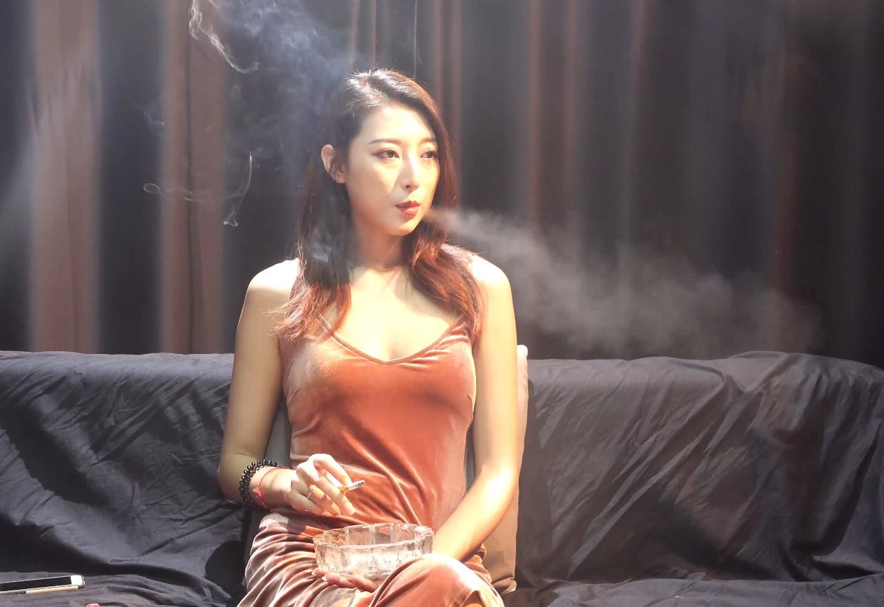 美女小姐姐抽烟采访实录来听听美女抽烟的故事
