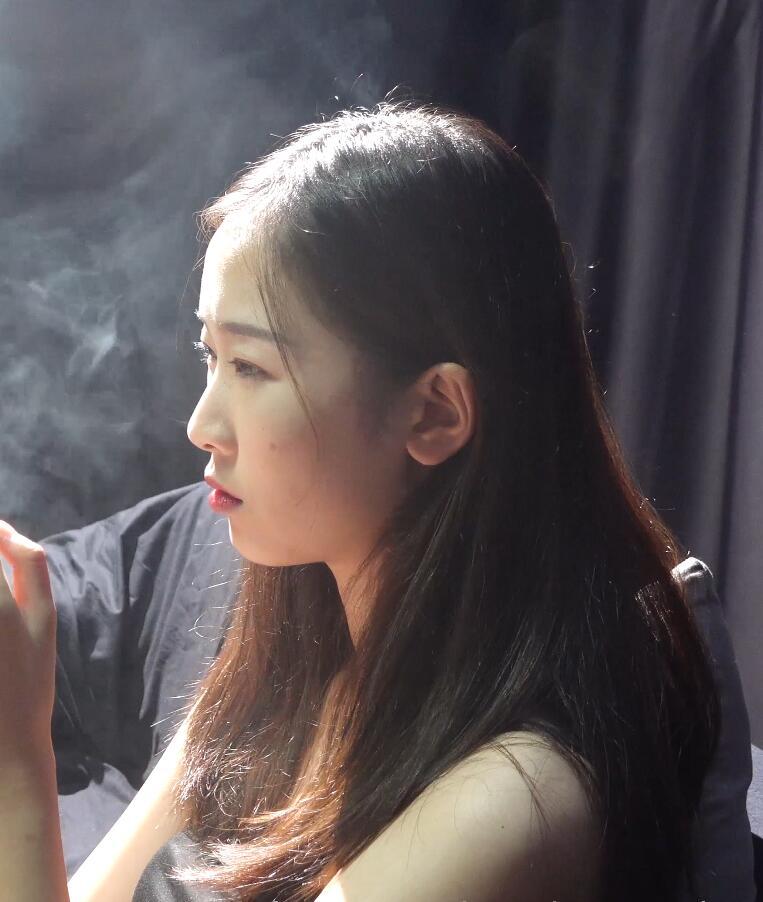 抽烟有害健康,可大部分人压力大还是会选择抽烟rive]