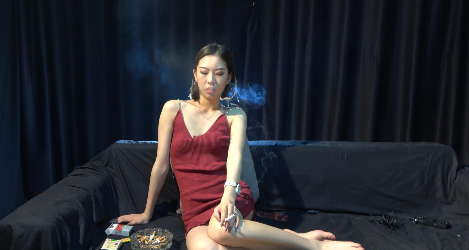 漂亮可爱的短发小姐姐吸烟
