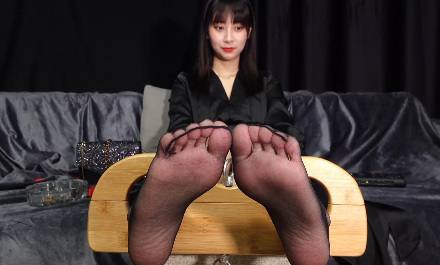 足控进来!看极品美女被摄影师挠脚心