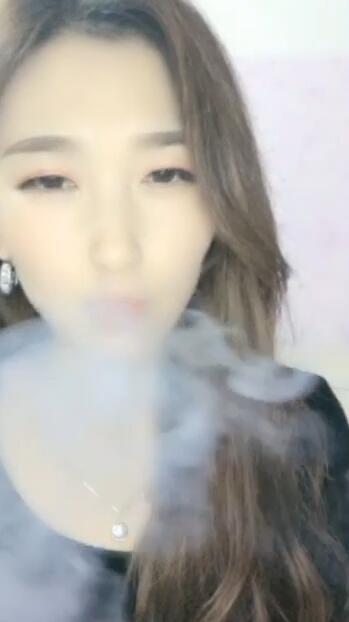 漂亮的美女主播抽电子烟期待能遇到大哥