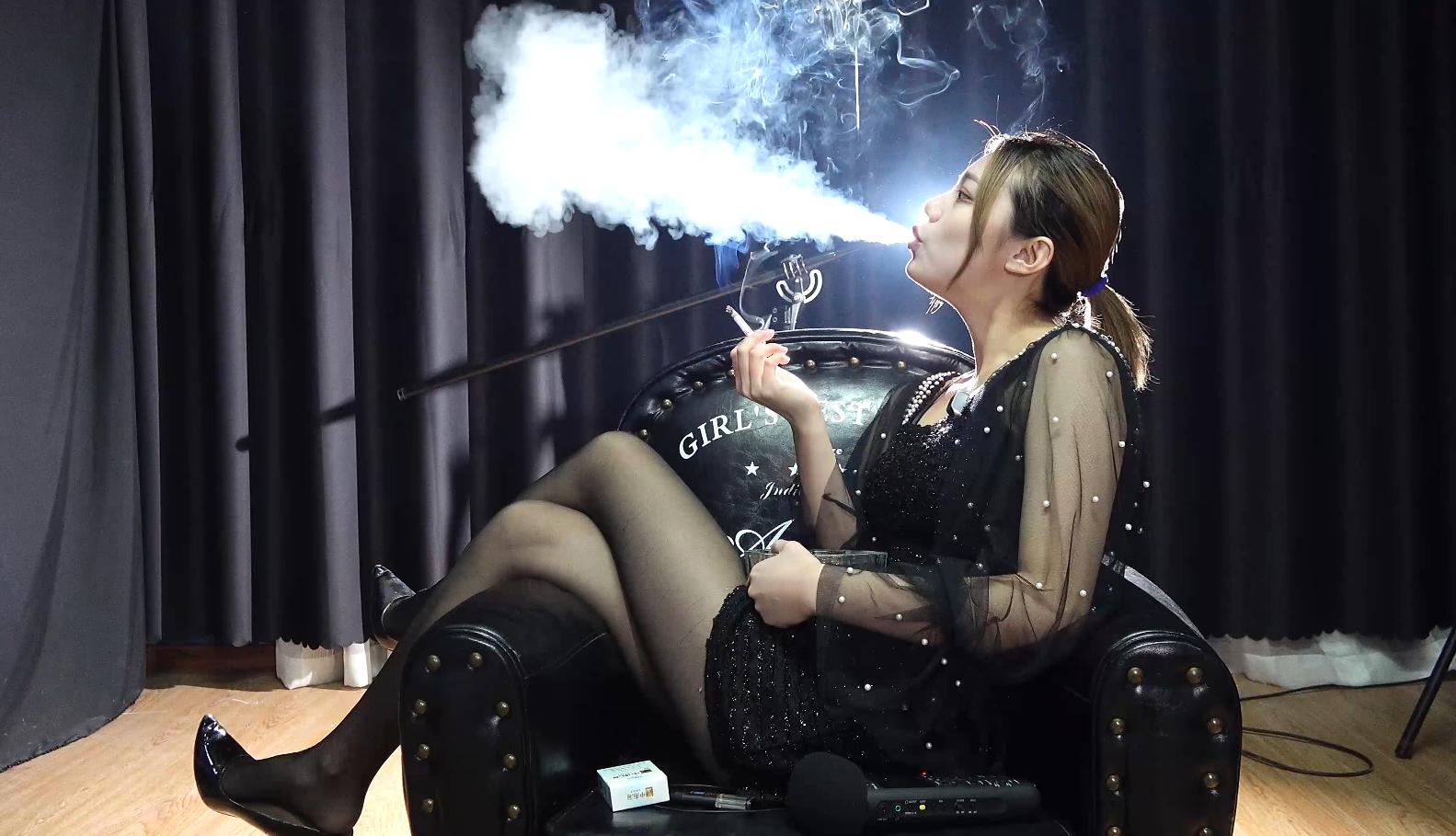 黑丝高跟美女沙发上享受抽烟带来的乐趣(4根烟)