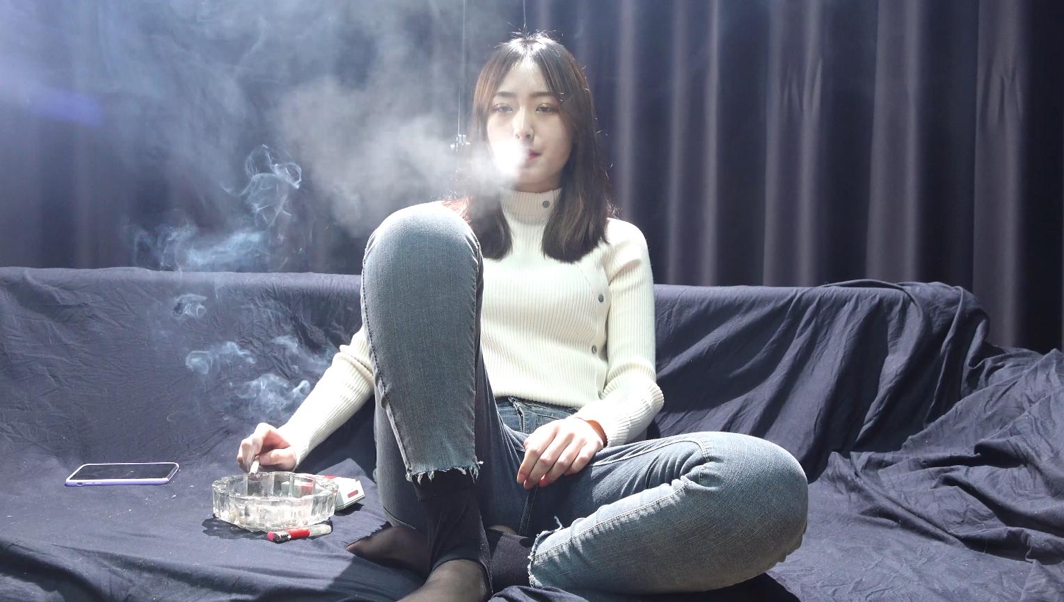 叛逆的小女生就是要抽烟