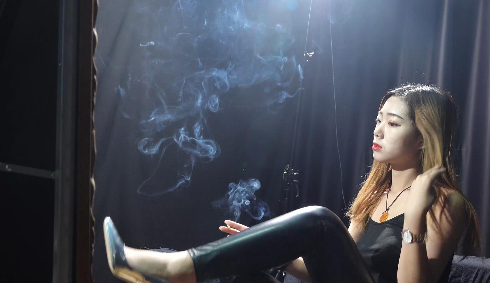 黑皮裤小姐姐化妆吸烟