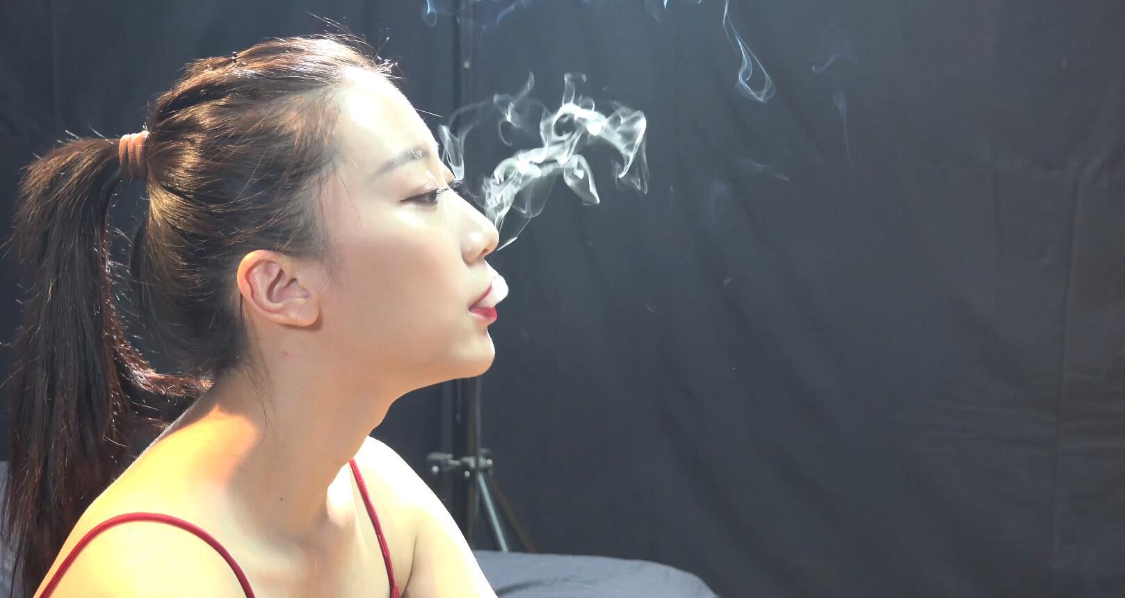 当你学会抽烟之后多久变成一个常规的习惯呢?美女小姐姐的回答令人意外!