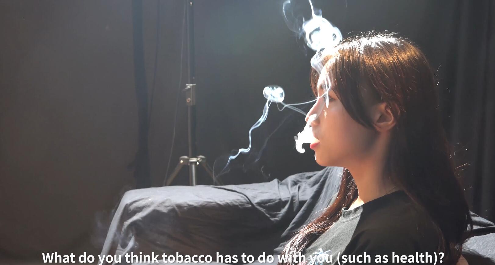 你喜欢劲大的还是劲小的烟?小姐姐说劲小的没感觉