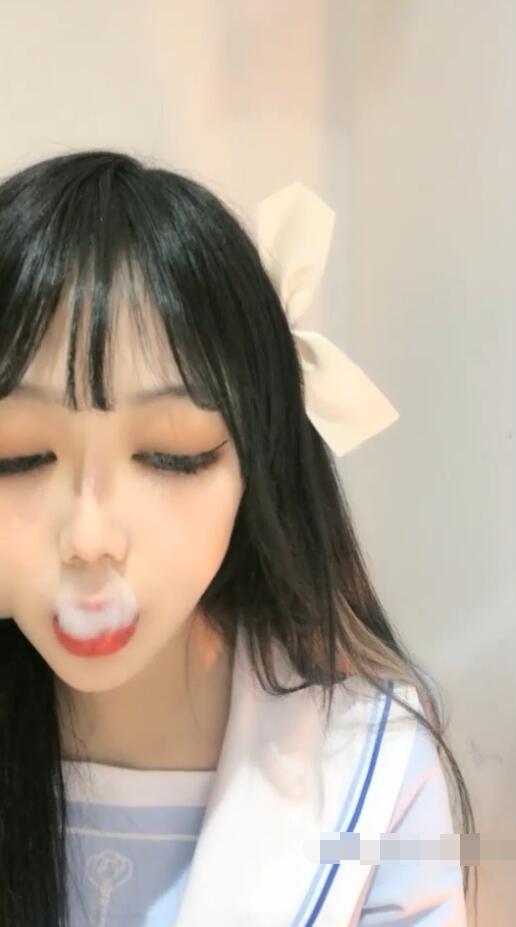 小美妞用火柴点烟后吸的第一口烟吹灭火柴
