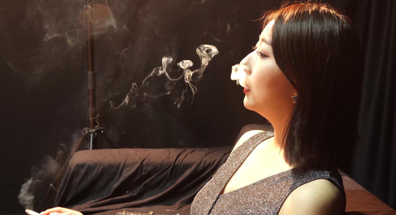 你知道抽烟有哪些好处吗?美女小姐姐告诉你
