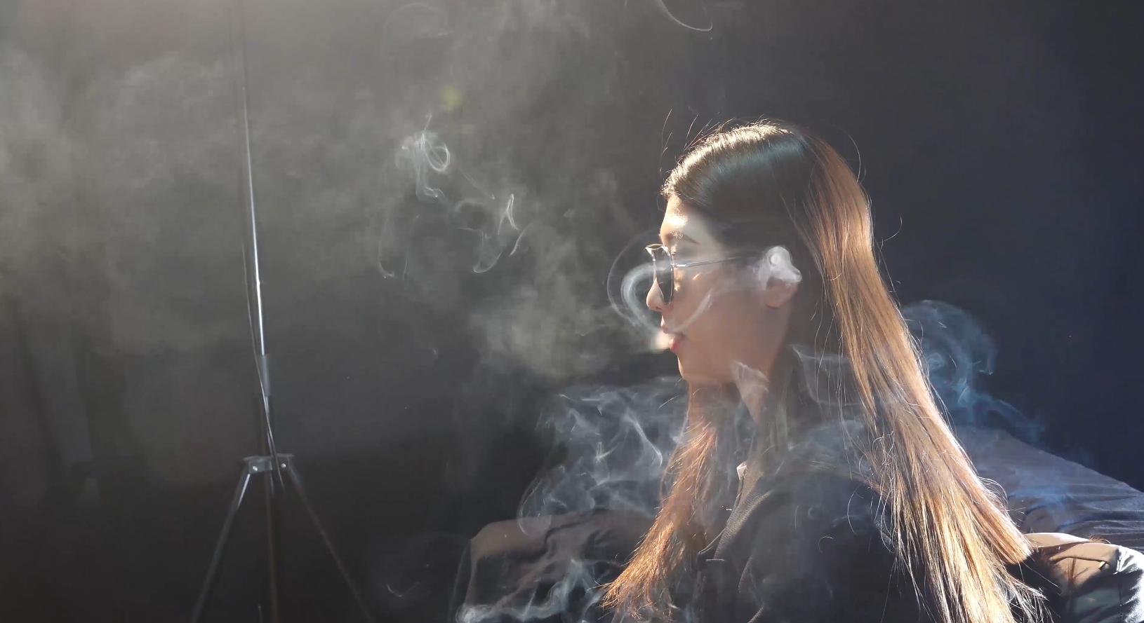 抖音网红美女抽烟