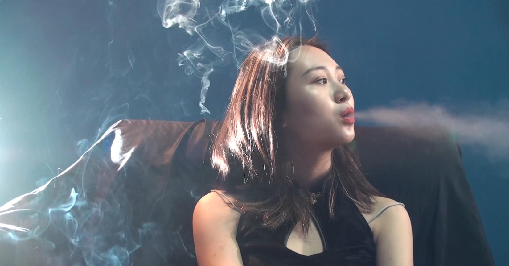 个性十足的妹子抽烟