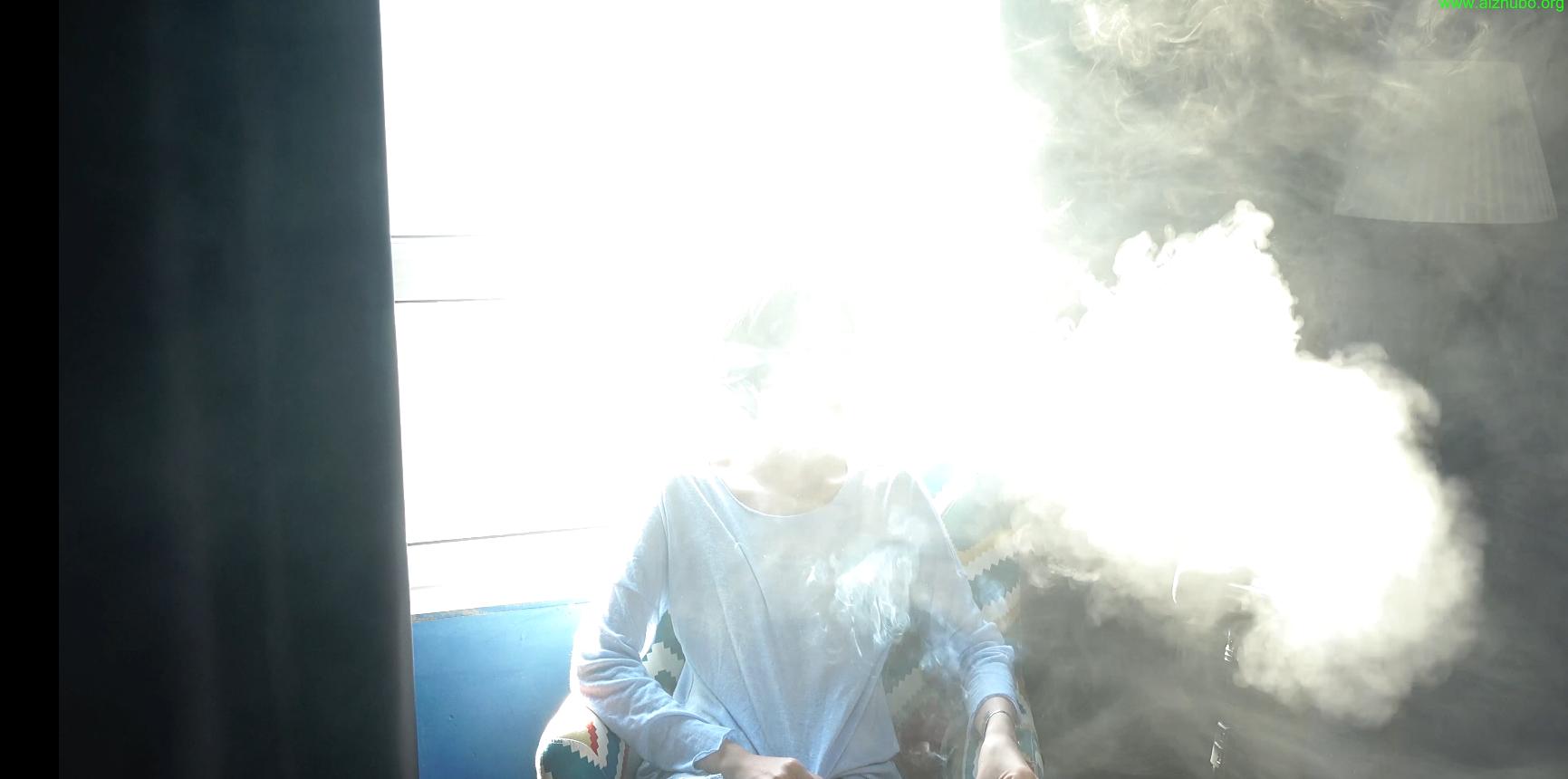 吸烟妹子不一会儿把房间搞得烟雾缭绕