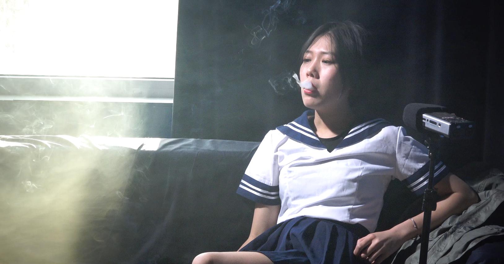 叛逆的校服MM吸烟