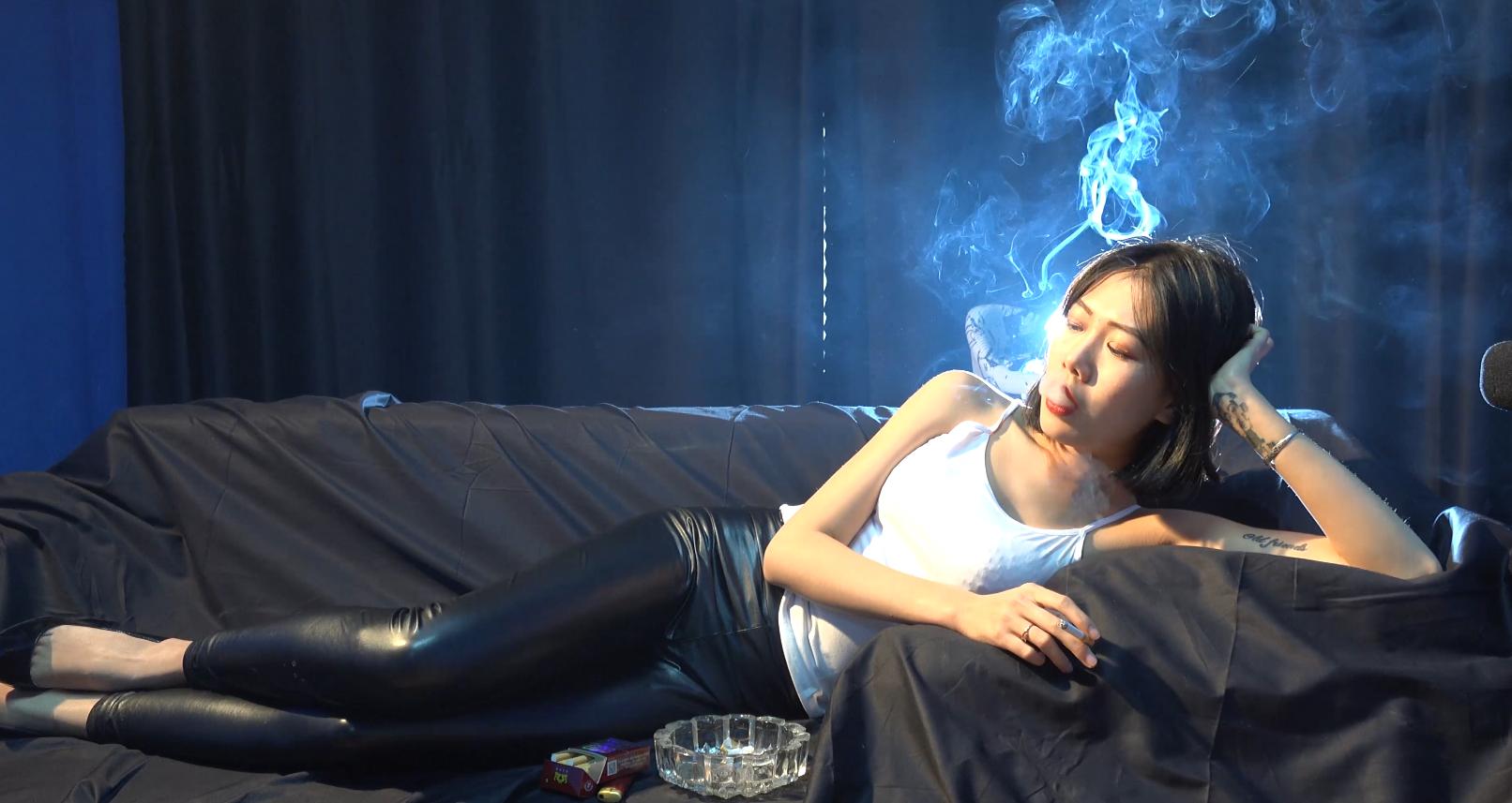 皮裤美女侧躺沙发性感抽烟