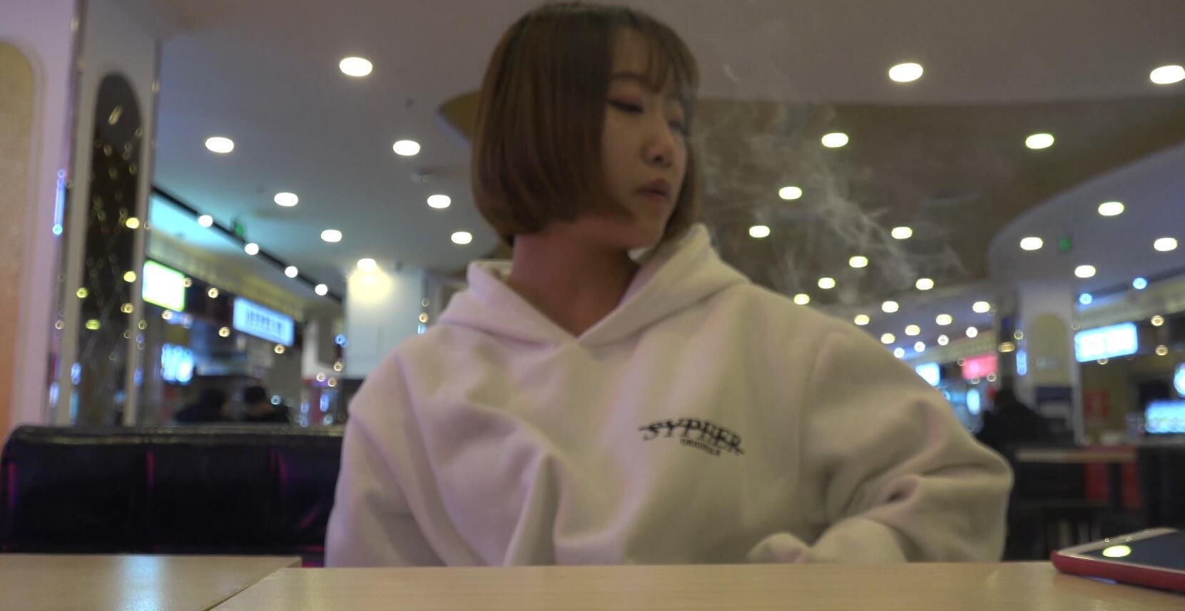 小妹妹约拍抽烟,坐马桶上也要拍