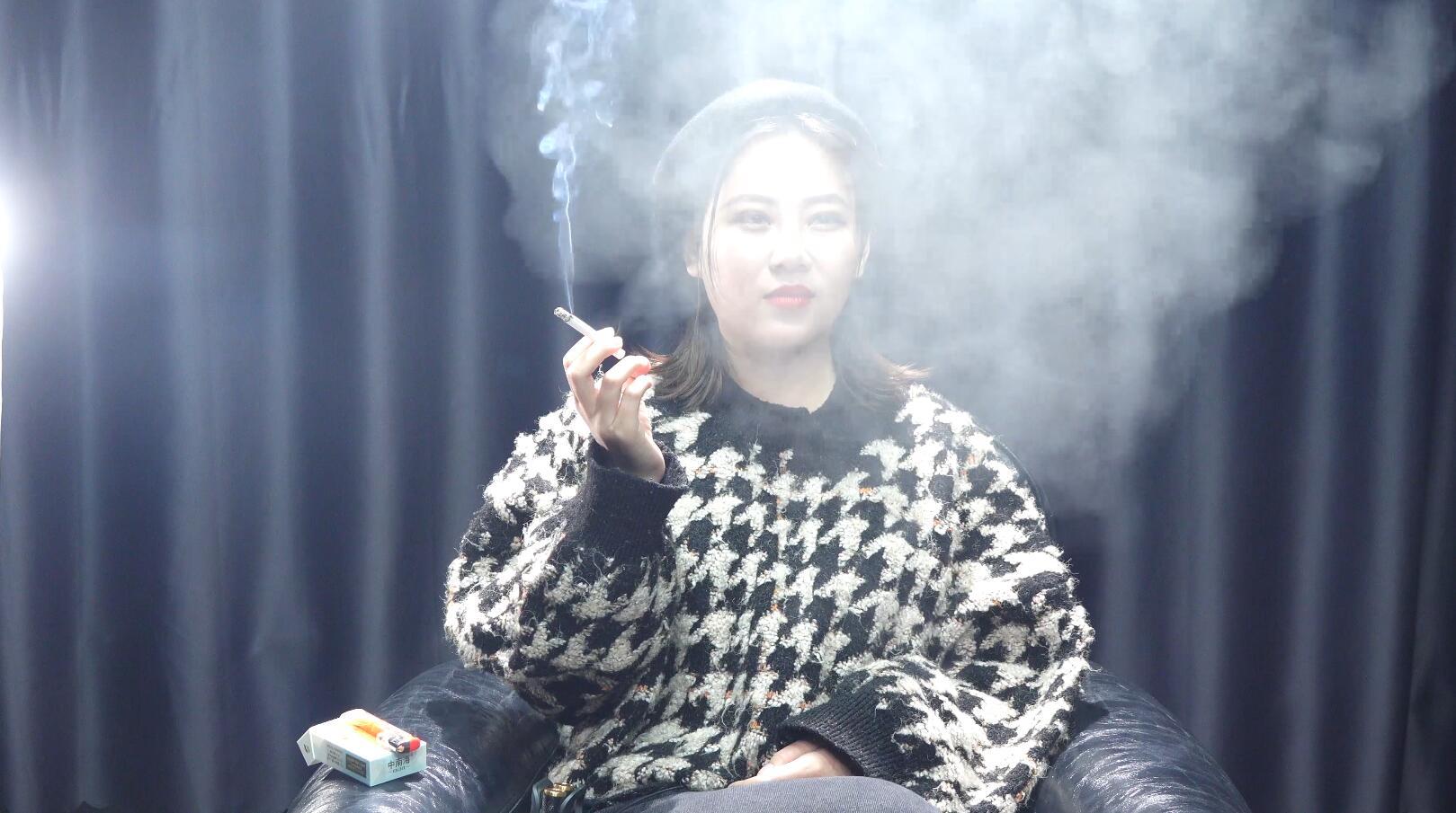 超有气质的漂亮姐姐吸烟