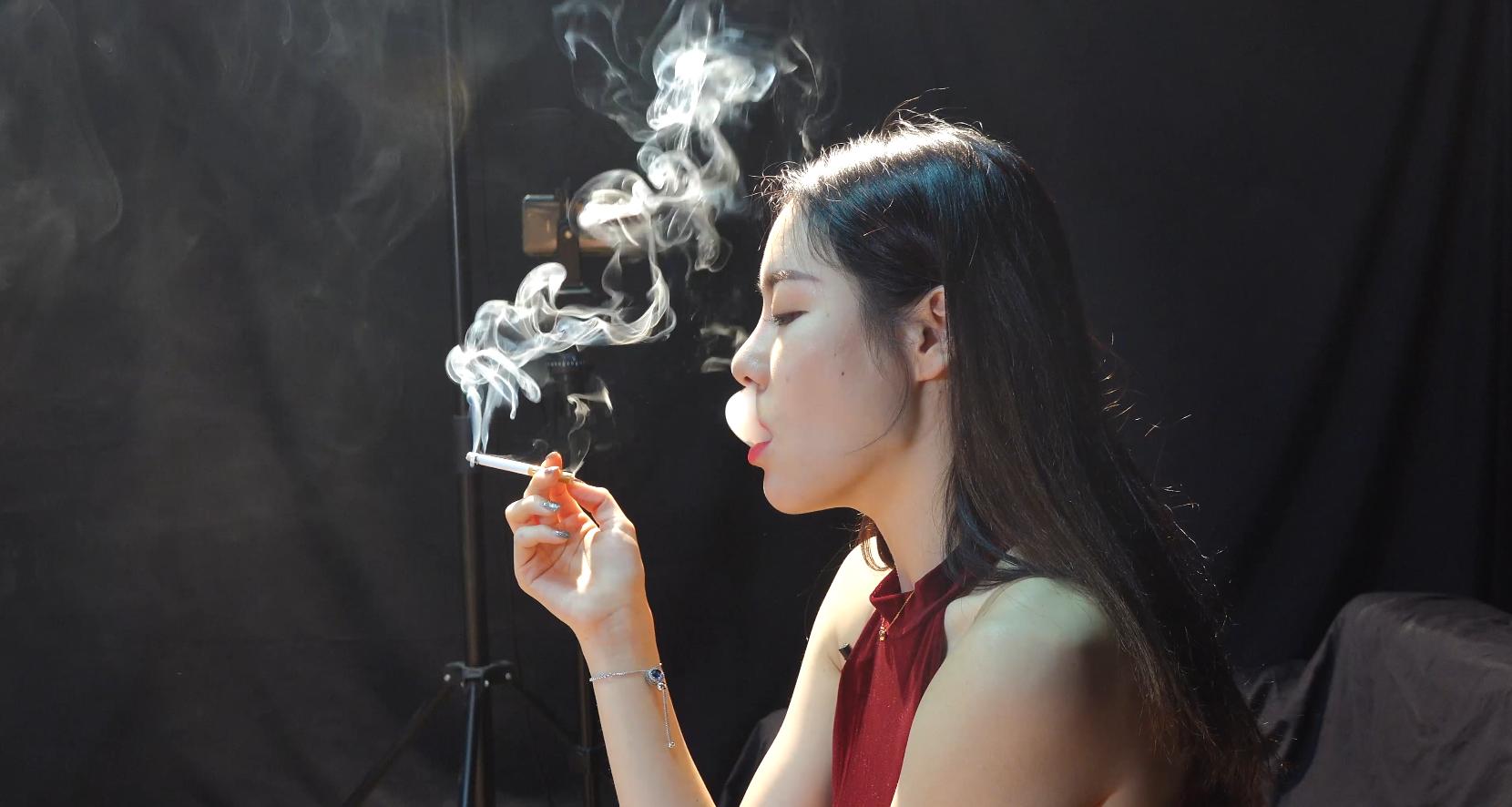 极品红衣美女抽烟