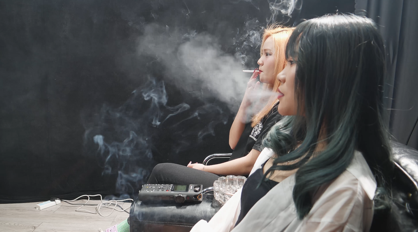 两个拥有多年烟龄的美女抽烟交谈