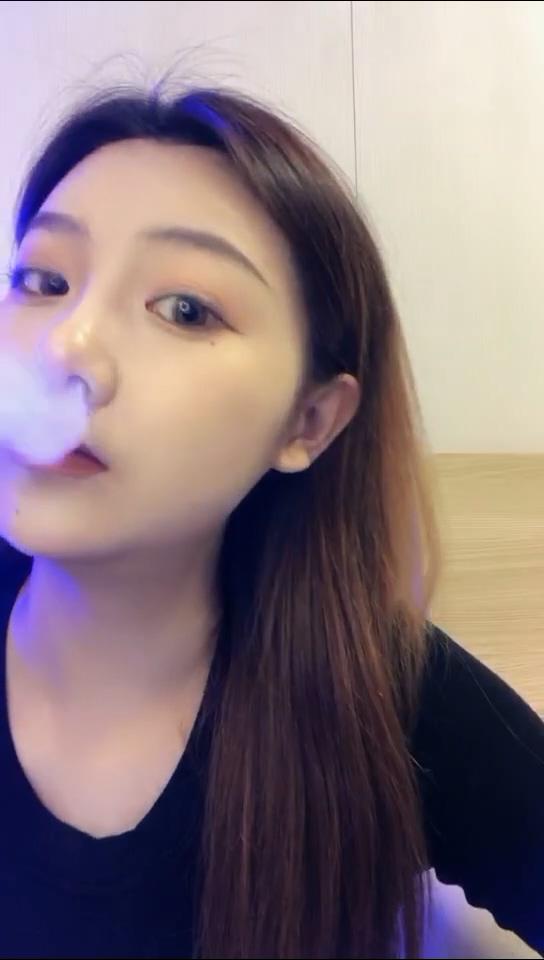 烟瘾还挺大的吸烟妹子