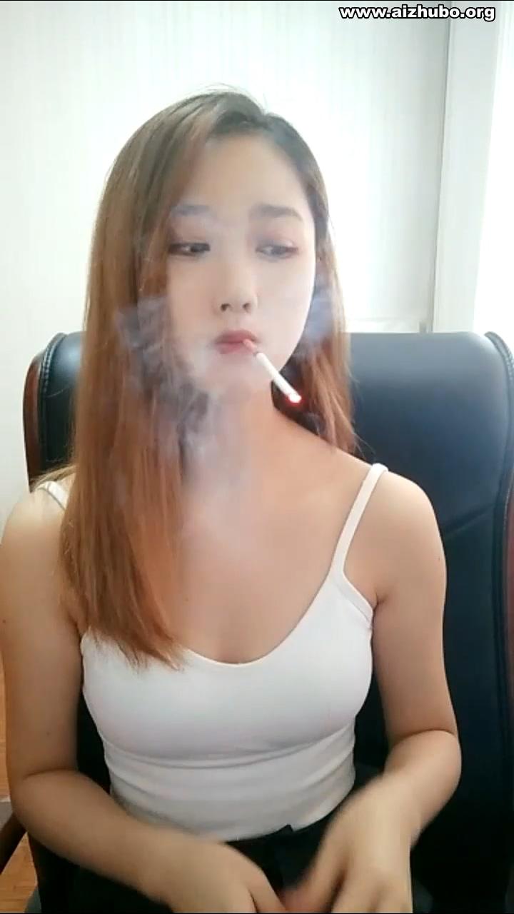 这枚抽烟小女友,请查收!